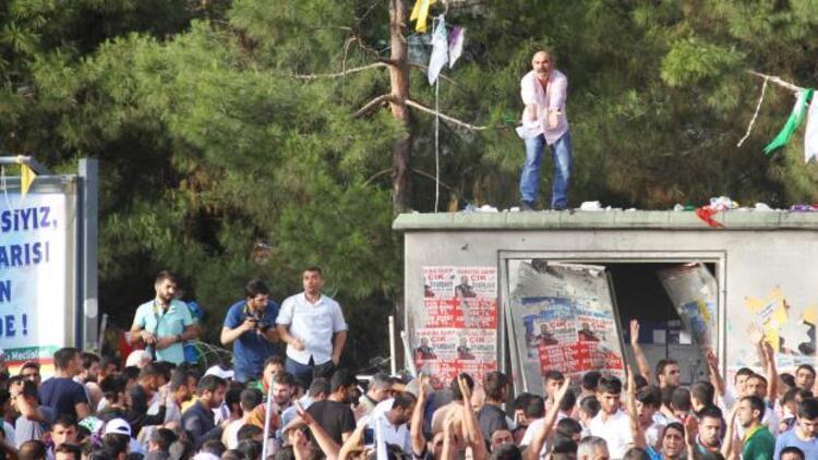 Diyarbakırdaki HDP mitinginde patlama: 2 kişi hayatını kaybetti