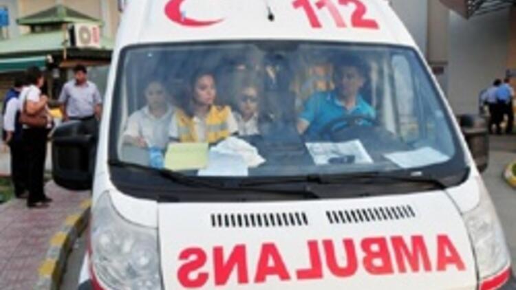 Kamyon şoförü kendisini sollayan ambulansın önünü kesti