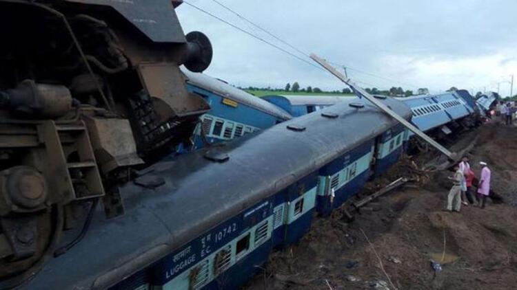 Hindistan'da facia: İki tren raydan çıktı, en az 24 kişi öldü