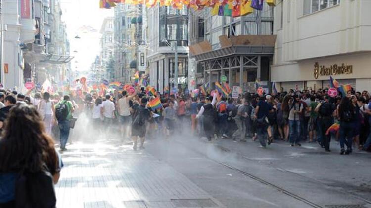 Onur Yürüyüşü'ne polis müdahalede bulundu, Lady Gaga isyan etti