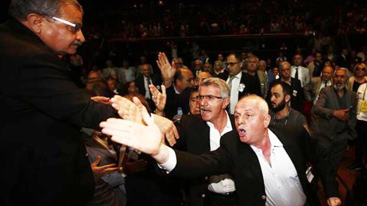 Beşiktaş'ta İdari ve Mali Genel Kurul Toplantısı protestolarla başladı