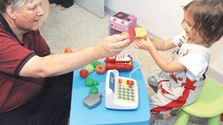 40 yılda 40 bin çocuğu oyunla tedavi etti