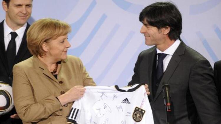 Löw: Merkel'i orta sahada oynatırdım çünkü...