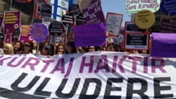 Kadınlar Kadıköy'de 'kürtaj'ı protesto ediyor