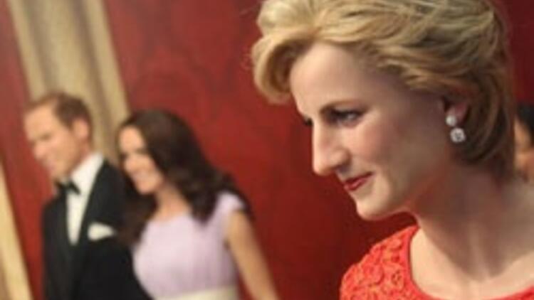 Kraliyet Ailesi koleksiyonuna Kate de katıldı