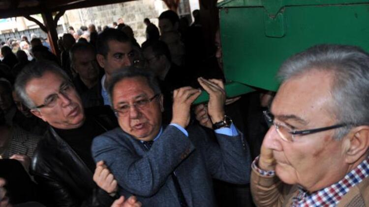 50 yıllık siyasetçinin tabutunu Baykal taşıdı