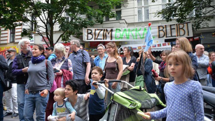 Berlin'de mahalleli 'Bizim Bakkal'a sahip çıkıyor