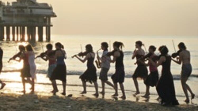En haşarı orkestra köy konserine geliyor