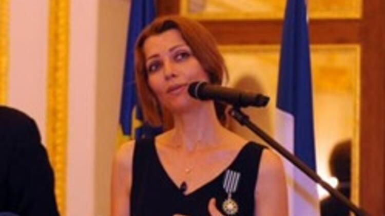 Elif Şafak'a Sanat ve Edebiyat Şövalyesi nişanı