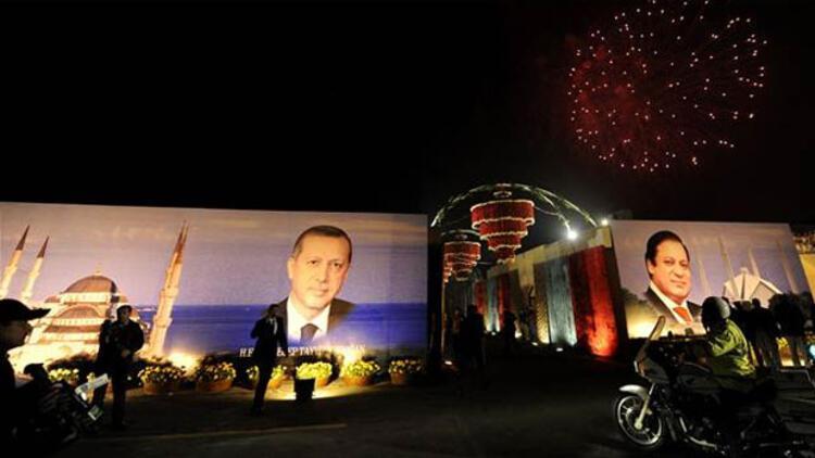 Başbakan Erdoğan Pakistan'da havai fişeklerle karşılandı