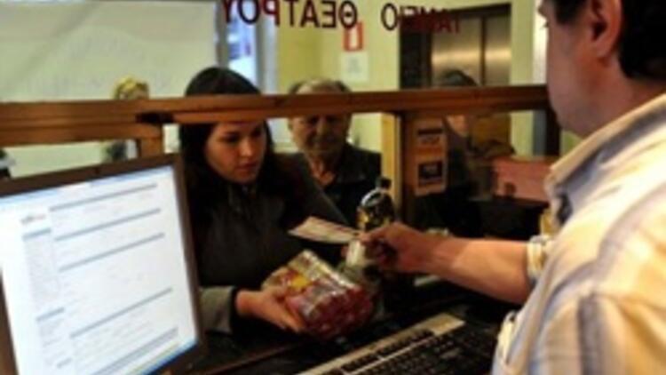 Selanik'te tiyatro izleyicileri bileti para yerine gıda maddesiyle alıyor