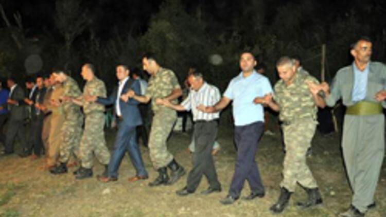 Komutanlar Kato Dağı'ndaki düğünde halay çekti