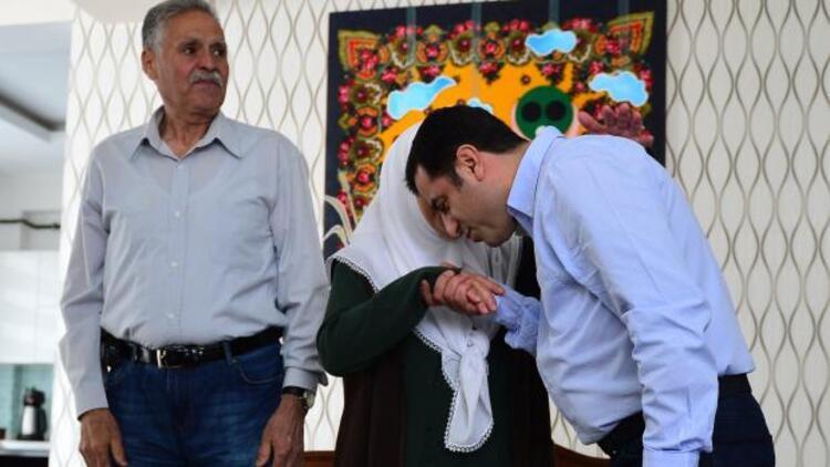 HDP'li Selahattin Demirtaş, anne ve babasını ziyaret etti