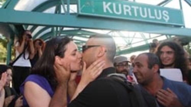"Ankara metrosunda ""öpüşme"" eylemi"