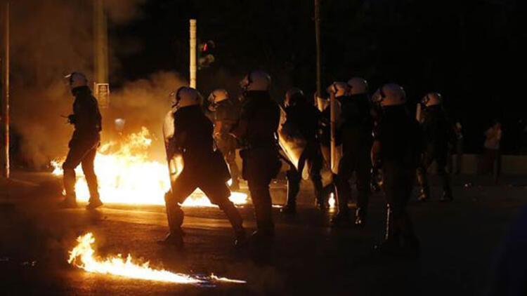 Yunanistan'da reform paketi onaylandı, sokaklarda tansiyon yükseldi