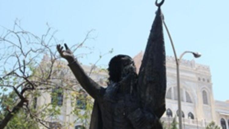 Sabiha Gökçen'in heykelini yaktılar