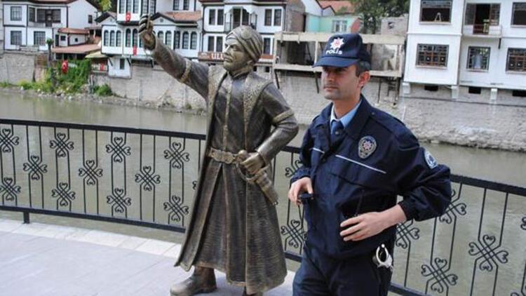 Amasya'daki selfie çeken şehzade heykeli polis korumasına alındı