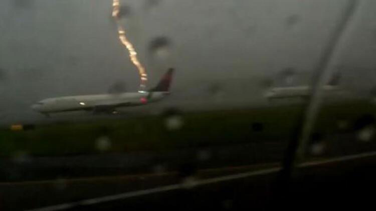 Uçağa yıldırım çarptığı an işte böyle görüntülendi