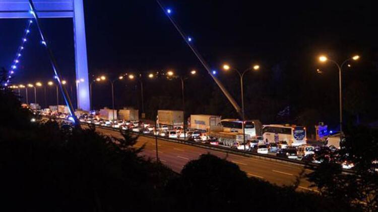 Otoyol ve köprüler para bastı ama gişelerde trafik çilesi katlandı