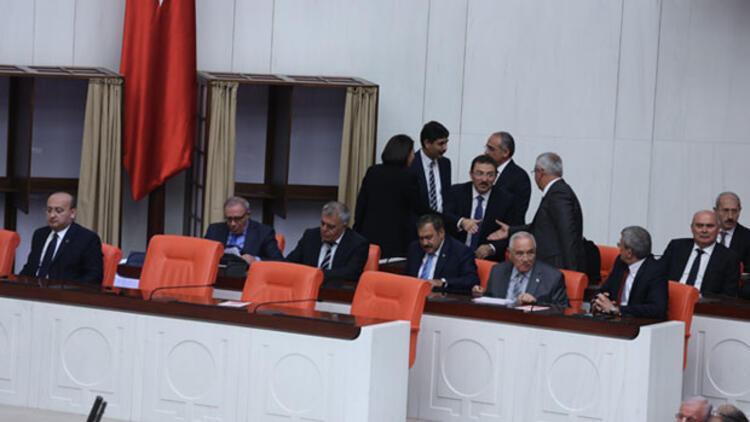 Bağımsız bakanlar yemin etmek üzere kürsüye çıktı, TBMM karıştı