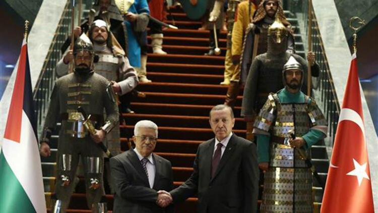 Mahmud Abbas'a saray içinde karşılama töreni