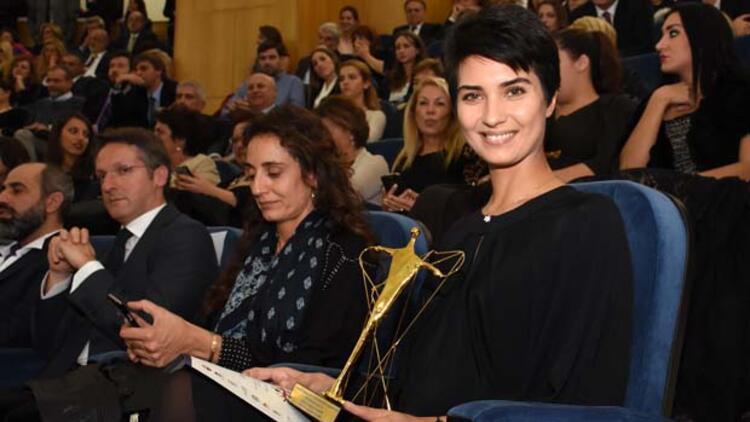 Tuba Büyüküstün, Vatikan'da 'En İyi Kadın Oyuncu' ödülünü aldı