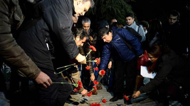 Sultanahmet saldırısının gerçekleştiği Dikilitaş'a karanfiller bırakıldı