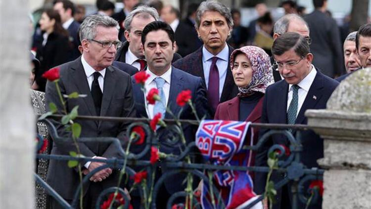 Başbakan Davutoğlu Sultanahmet saldırısının olduğu yere karanfil bıraktı
