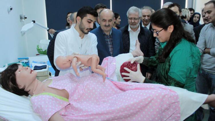 Sağlık Bakanı Mehmet Müezzinoğlu cansız mankenlerde doğumu izledi
