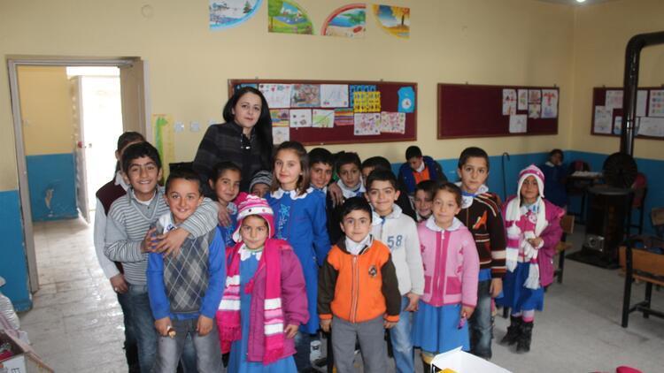 Köy öğretmeni, 15 okula kütüphane kurdu