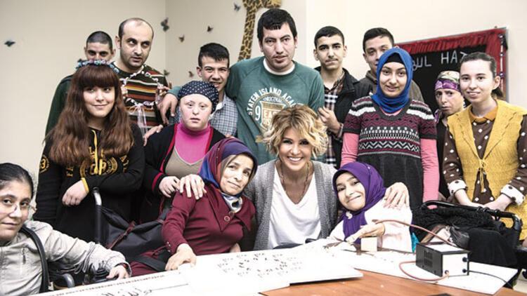 Gülben Ergen Bağcılar Belediyesi Engelliler Sarayı'na misafir oldu