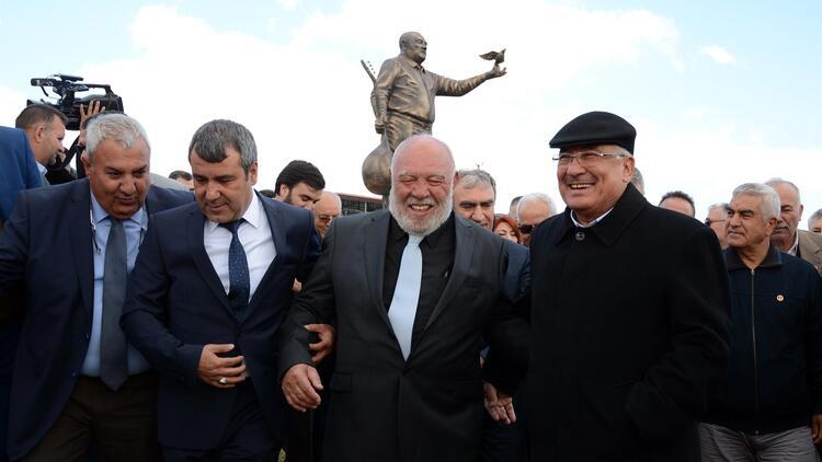 Mersin'de Musa Eroğlu Sevgi Parkı ve heykeli