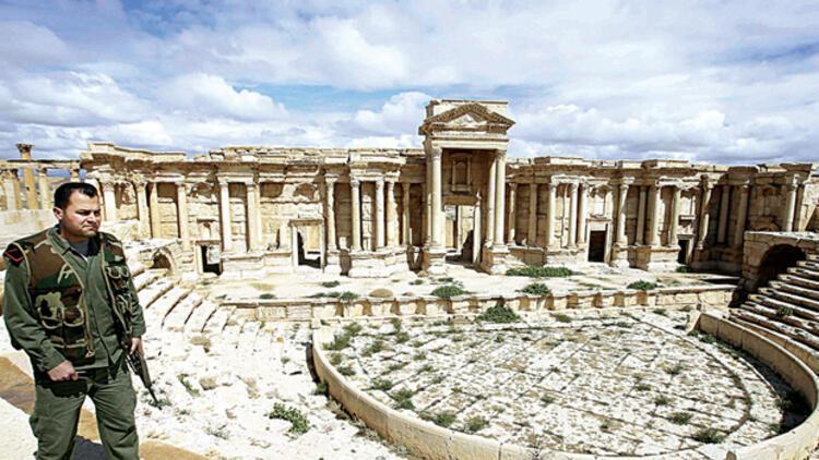 Suriye ordusu Palmira'nın girişinde