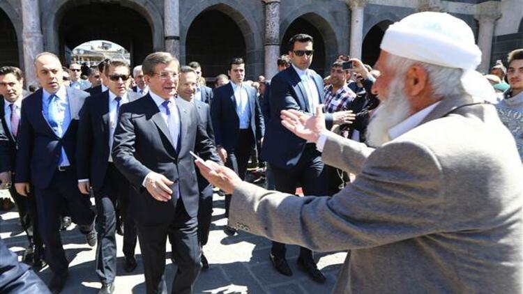 Başbakan Ahmet Davutoğlu Sur'da vatandaşlara seslendi