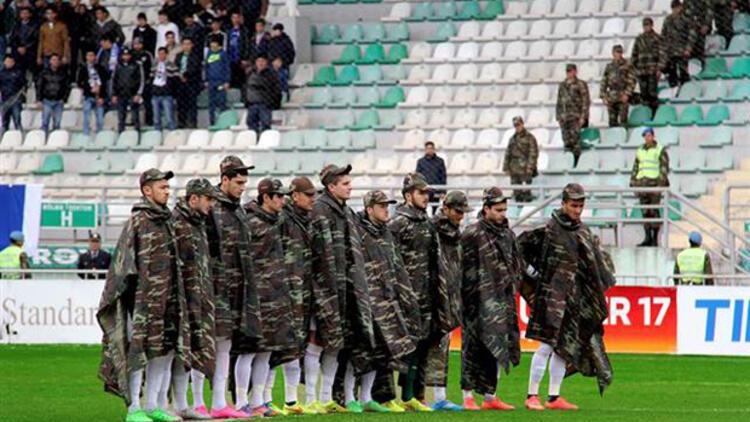 Azeri futbol takımından askeri kıyafetli saygı duruşu