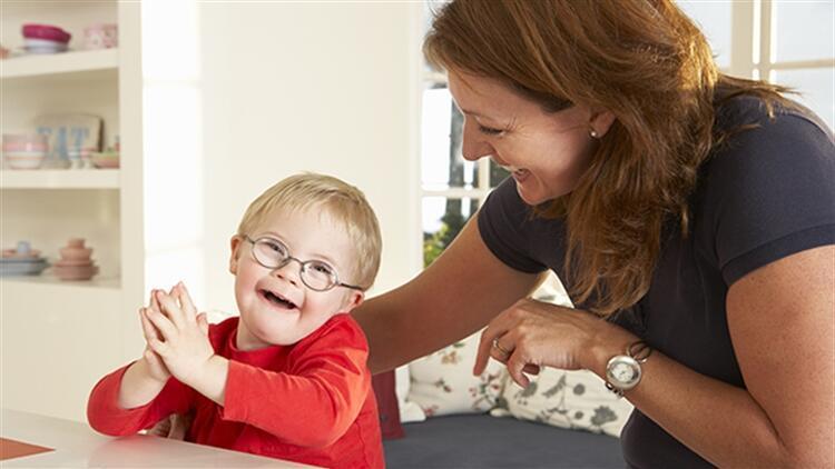 Otizmli çocuklarda dil ve konuşma gelişimini desteklemek için ebeveynler nelere dikkat etmelidir?