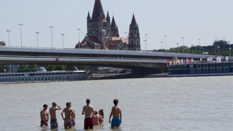 Viyanalılar parkları, havuzları, kanalları ve nehirleri doldurdu