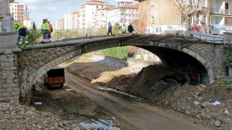 Erenköy tren yolu köprüsü sökülüyor