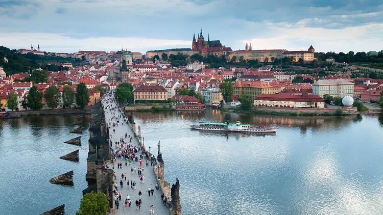 Prag'ın simgesi: Charles Köprüsü..