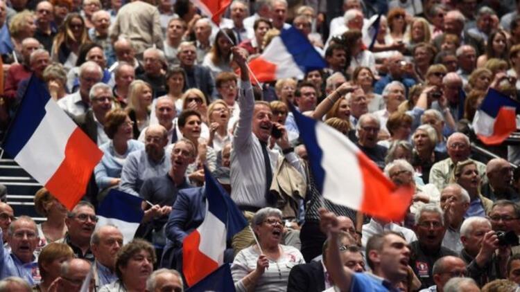 Fransa, başkanlık seçimlerine sekiz gün kala Melenchon'un atağını konuşuyor