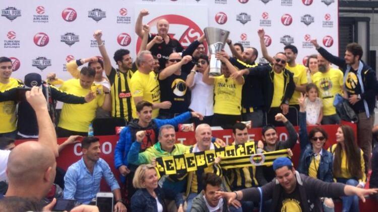 Fenerbahçe taraftarı kupayı kaldırdı