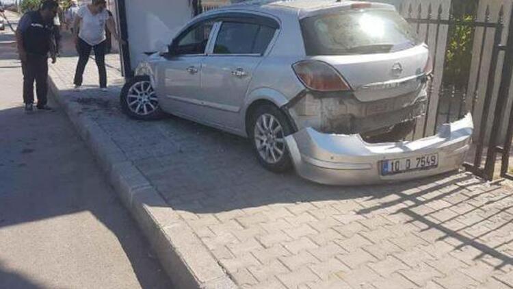 Otomobil durakta bekleyen öğrencilere çarptı