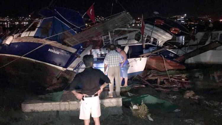 Bodrum'da deniz suyu çekildi, kıyıya vuran tekneler parçalandı