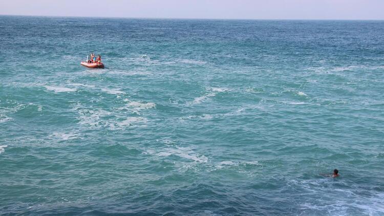 Dev dalgalar arasında dehşet, saniyeler içinde kayboldu