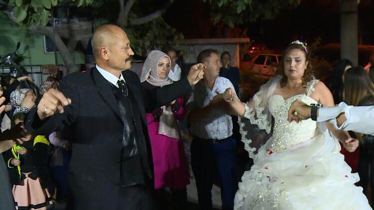 Duvarda bir düğün fotoğrafları olsun diye…
