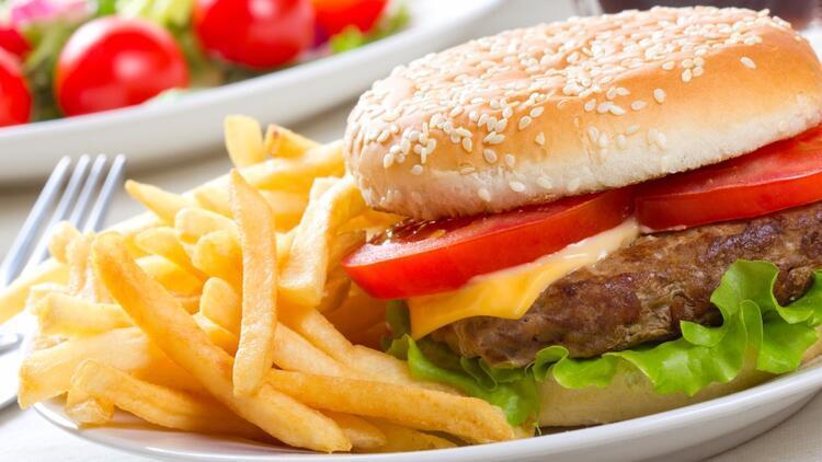 Dünya bir burgeri tartışıyor: Hangisi doğru?