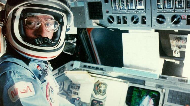 NASA'nın efsanevi astronotu John Young yaşamını yitirdi