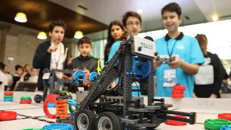 """Geleceğin robot tasarımcıları """"VEX IQ Off Season Robotik Turnuvası""""nda"""