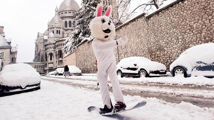 Paris selden sonra kar altında