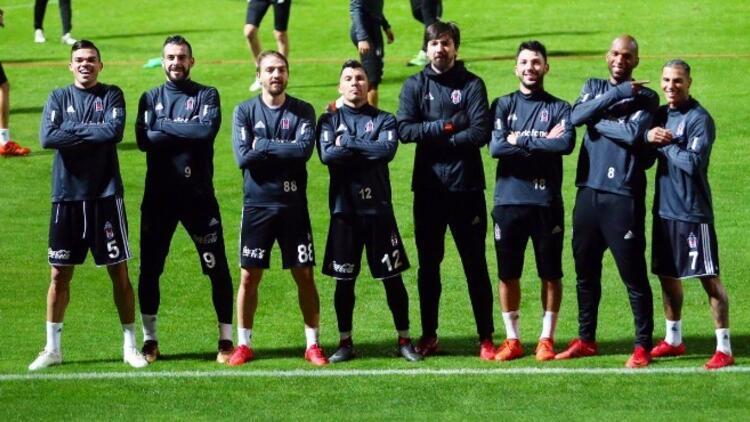 Beşiktaş'ın defansı orta sahayı katladı!
